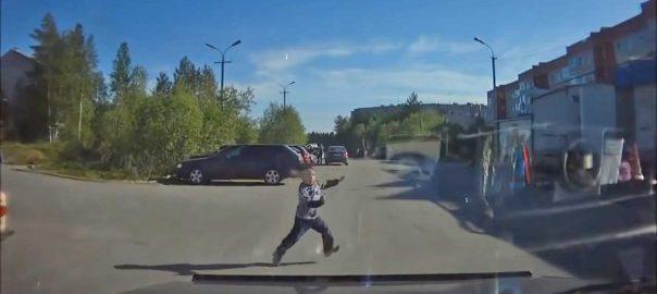 copiii neatenti la masini