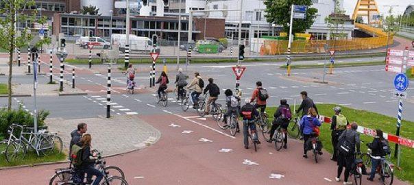 Copii mergand la scoala cu bicicleta