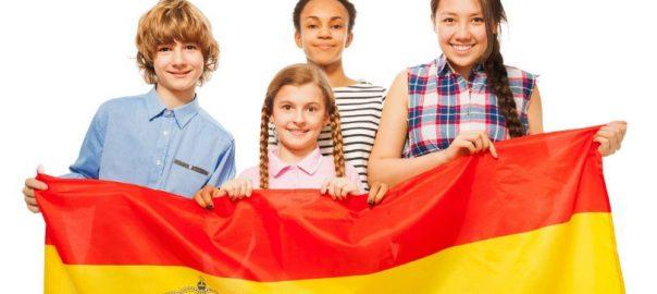 Copii scolari cu steagul spaniol