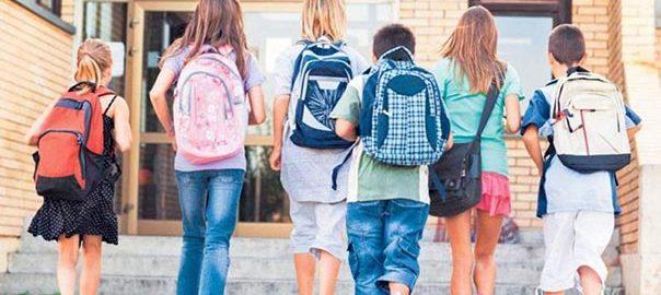 copii mergand la scoala