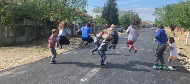 Copii jucându-se pe stradă