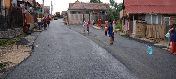 Copii se joaca pe drum